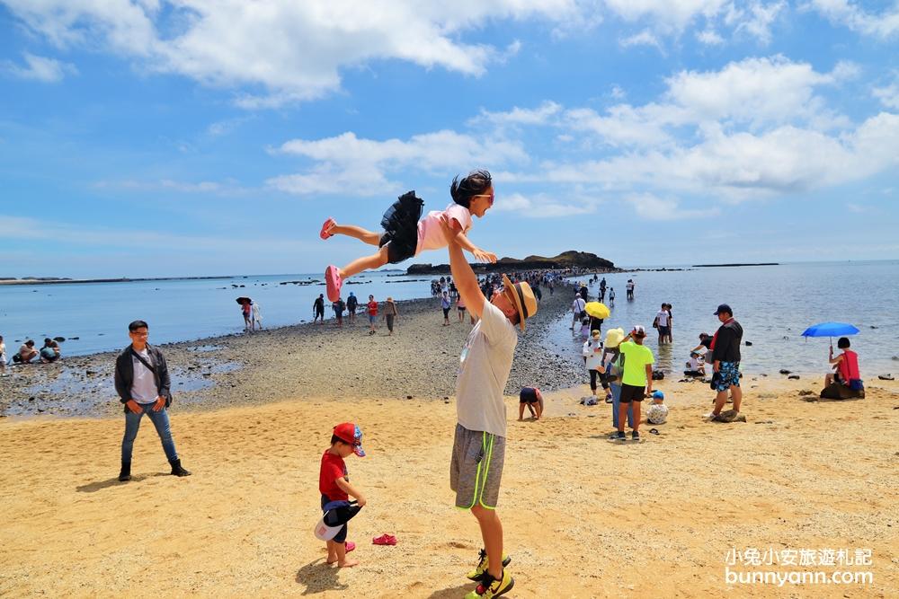 澎湖景點》退潮限定!奎壁山摩西分海,漫步唯美海中央道路,搭配藍天白雲超美!