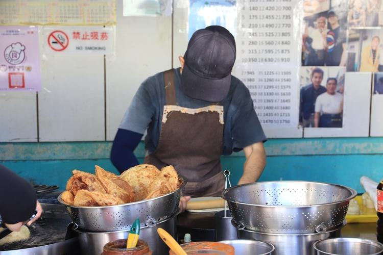 花蓮美食》排隊美食!花蓮黃車炸彈蔥油餅,現炸起鍋內外都酥軟的炸蔥油餅