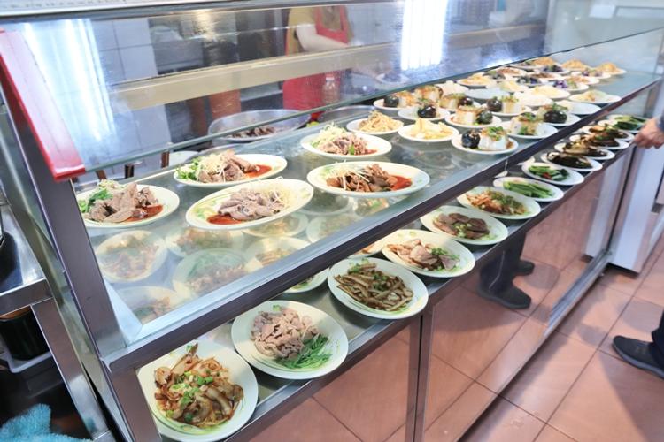 苗栗美食推薦》一次吃兩家!金榜麵館和賴新魁麵館,好吃大碗客家粄條,排隊人氣美食