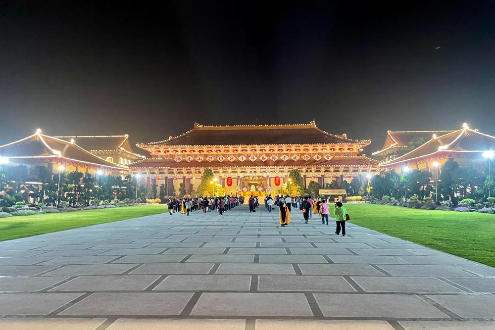高雄》有拍有保佑! 佛光山佛陀紀念館,巨大尖塔、親子館免費玩,舒緩心情的絕佳園區。