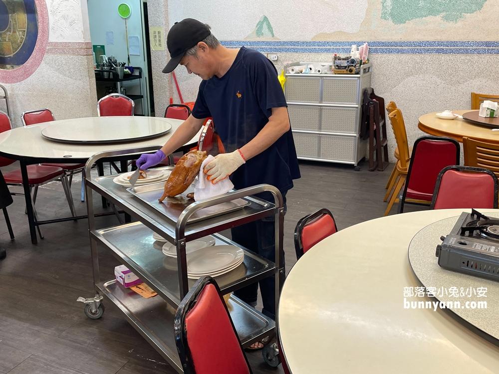 基隆美食》在海邊還不會倒店的烤鴨店!陳平良烤鴨全聚德外木山版,一鴨六吃好瘋狂!
