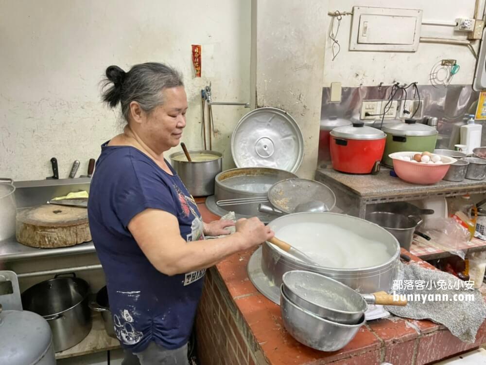 金門美食》聯成廣東粥,搭配油條超懂吃,料多價實在,煮粥的手沒停過