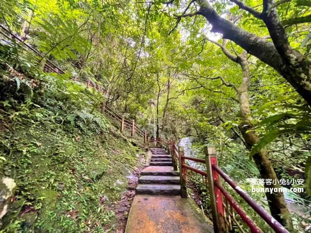 宜蘭景點》只要走十分鐘!五峰旗瀑布,超美五峰旗聖母朝聖地,賞飛瀑和平原好地方