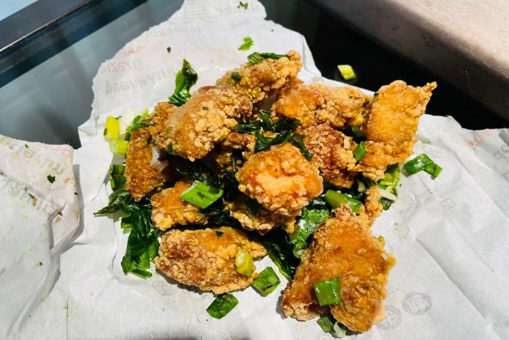 台中美食》用盡心雞巨無霸雞排,超邪惡泰式雞排,外酥內軟超讚,油嫩鹹酥雞好好吃