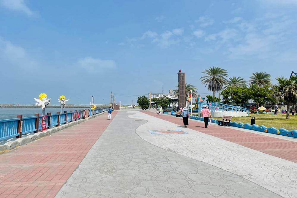 高雄彌陀漁港海岸光廊,免費玩水景點,海浪木棧道交通&攻略